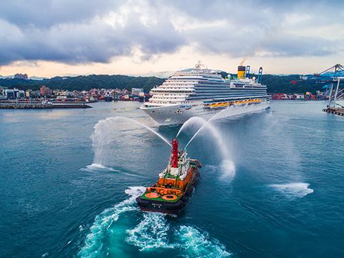 基隆港安排噴水船引領歌詩達威尼斯輪進入基隆港。(文/記者陳念祖 圖/台灣港務公司基隆分公司提供)