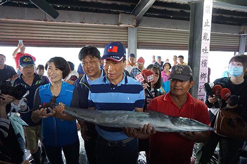 郭台銘董事長參觀台東新港漁市場
