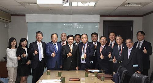教育部潘文忠部長(左起5)、朱楠賢主任秘書(左起4)與馬來西亞留臺校友合影