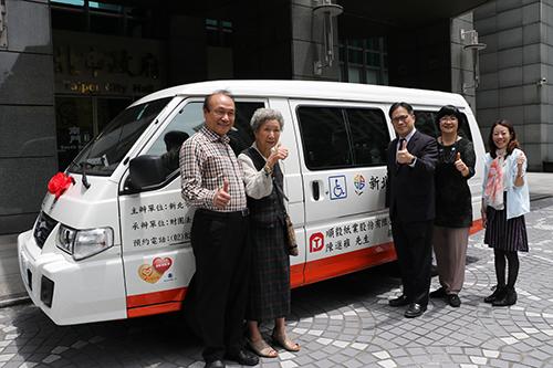 陳進步(左)和媽媽陳張抱捐贈新北市復康巴士