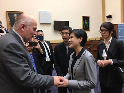 文化部鄭麗君部長參加 《我們的青春,在台灣》紀錄片放映會,與美國國會眾議院夏波(Steve Chabot,圖左)寒暄致意