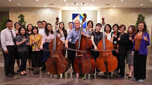 中華開發金控別出心裁,將藝文贊助回饋轉化為員工的音樂學習課,下班後受NSO低音提琴首席傅永和的藝術薰陶。