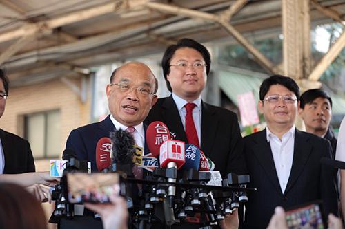 行政院長蘇貞昌(左一)鼓勵林右昌再創城市景觀意象非常不簡單。(文/*李欣靜 圖/基隆市政府提供)