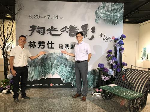 作者林芳仕老師(左)與彰美館秘書李明俊(右)