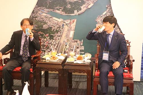 二位總經理品嚐台灣及韓國在地啤酒。(記者 陳念祖攝)