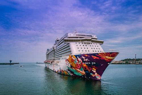 總噸達15萬噸的「世界夢輪(World Dream)」8日首航基隆港。(文陳念祖,圖基隆港分公司提供)