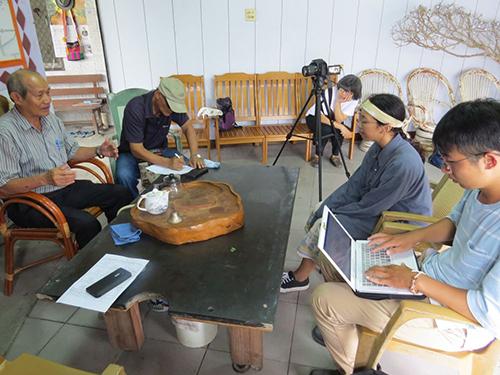 2位學生一同進行耆老訪談及記錄,為口述歷史進行保存