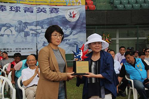 台東縣長饒慶鈴宣佈加強棒球村設備 推動棒球產業
