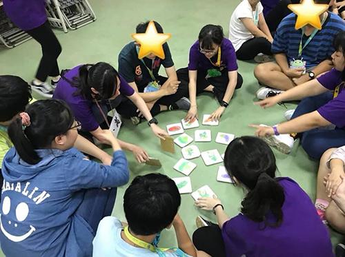 教育部志工們規劃有趣的團康小遊戲,訓練星兒們團隊合作、動作協調等能力