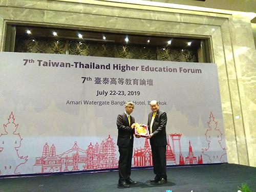 台泰論壇—劉孟奇政務次長(左)與泰國前教育部部長Dr. Wichit Srisa-an