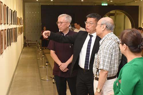 立法院副院長蔡其昌參觀張萬傳展 訴說與大師作品因緣