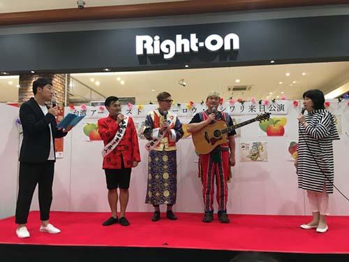 歌手查勞巴西瓦里(右2)在青森弘前市熱鬧開唱