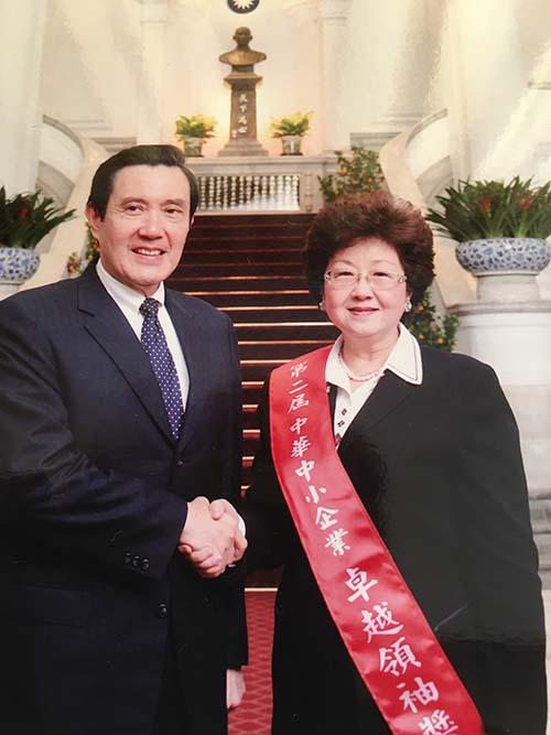 2013年當選第二屆中華中小企業卓越領袖與前總統馬英九在總統府召開時拍攝(大會提供)