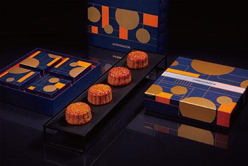 國賓飯店《豐月鉑金》四入月餅禮盒,以皎潔月光為靈感,極簡主義風格呈現中秋意象,呈現新穎時尚的設計,售價980元,預購價882元。