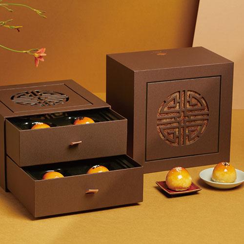 寒舍祭出《澄月》蛋黃酥禮盒,遵循古法純手工揉製,鬆綿內餡與蛋黃鹹味交織迷人韻采,推薦價820元。