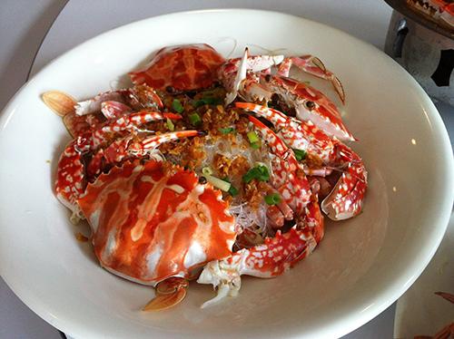 新鮮花蟹與粉絲共煮,紅色花紋引起眾人食慾