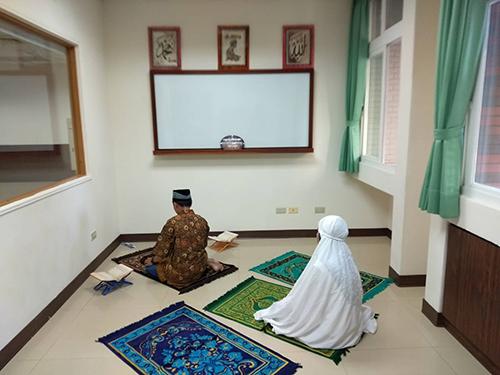 高苑科大穆斯林同學在圖書館祈禱室禮拜