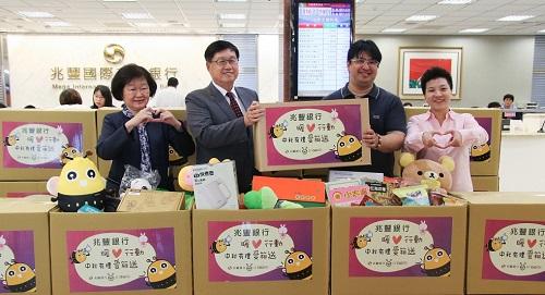 兆豐銀行蔡永義總經理(左2)