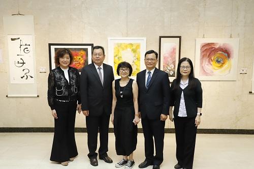 土地銀行何副總經理 (右二)、董事會楊主任秘書(左二)與溫錦玲老師(中)開展前合影。
