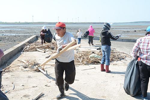 澎湖淨灘 縣長賴峰偉:海廢清理 向澎湖學習