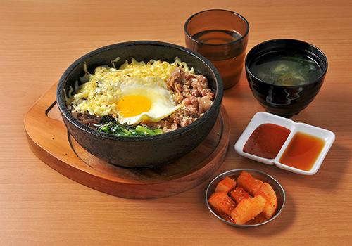 Global Mall新左營車站韓石食堂的起士燒肉石鍋拌飯,軟嫩的豬肉,搭配半熟太陽蛋,推薦價218元。
