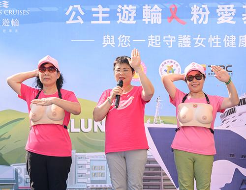 中華民國乳癌病友協會理事長黃淑芳(中)現場與志工示範如何簡易自我檢測。(公主遊輪提供)
