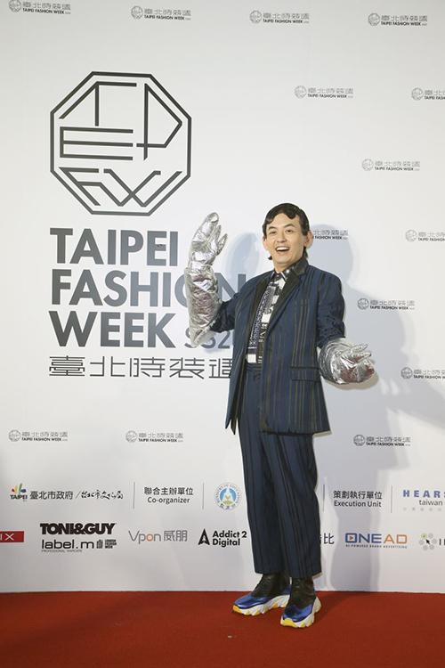 黃子佼身穿臺灣設計師品牌JUST IN XX服裝