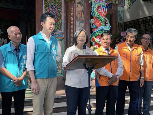 總統蔡英文(左3)日前在新竹表示,台灣經濟發展這幾年來穩定成長,經過3年多努力,在今年第一、二季都是四小龍首位,預計今年全年經濟成長率也會是「亞洲四小龍第一名。」(中央社提供)