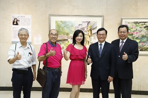 土地銀行何副總經理 (右二)、董事會楊主任秘書(右一)與潘逸萱老師(中)及貴賓於開展前合影。
