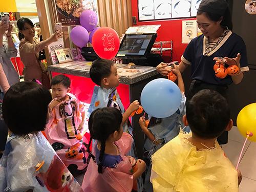 Global Mall屏東市週年慶開打,週末舉辦萬聖節彩繪活動,吸引不少親子前來參與。