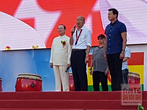 國民黨總統候選人韓國瑜(左二)與國會政黨聯盟黨主席悟覺妙天(左一)首次同台