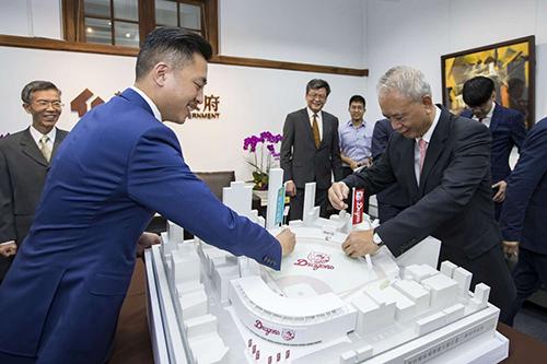 新竹林智堅市長與頂新和德文教基金會創辦人魏應充於新球場模型插旗