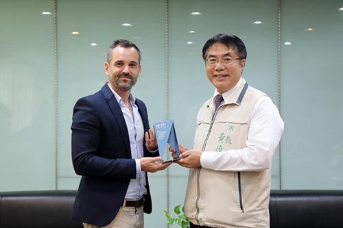 六都英語力 台南躍居第二 獲頒全球獨有「卓越貢獻獎」
