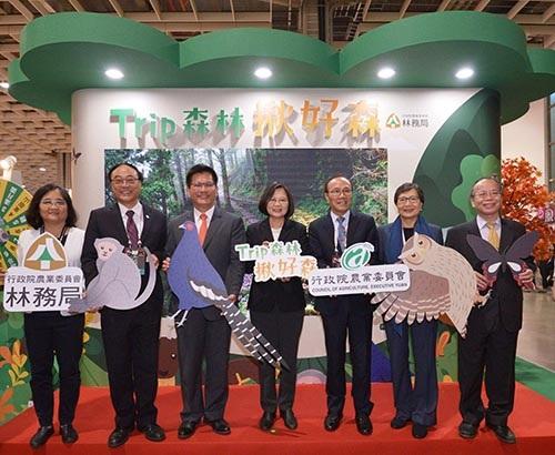 總統蔡英文(中),台灣觀光協會會長葉菊蘭(右2)