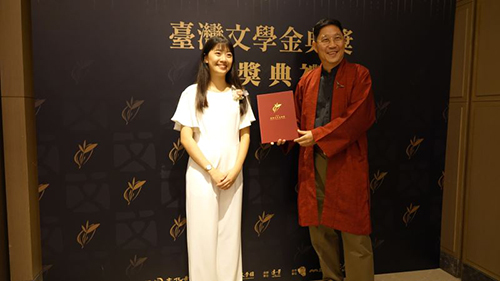 金典獎劇本創作獎得主陳禹心(左)與主持人馮翊綱(右)與合影