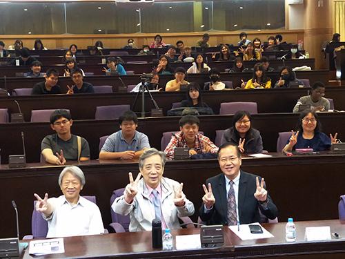 南華大學企業經營與人文講座-我的美好藝術人生,黃光男理事長與學生大合照。