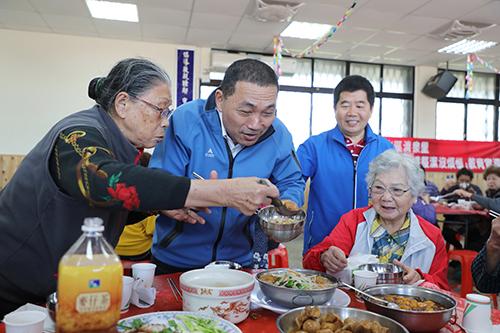 新北市金山區推動老人共餐據點新北最多,獲市長侯友宜親頒「金味王」肯定