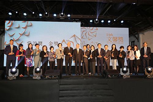 台灣銀行康副總經理蘩(左七)出席第14屆文馨獎頒獎典禮與受獎者合影