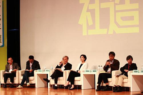 文化部長鄭麗君(右3)、農委會副主委陳駿季(左2)、衛福部次長蘇麗瓊(左1)、新港文教基金會陳錦煌醫師(左3)、甘樂文創執行長林峻丞(左2)等同討論