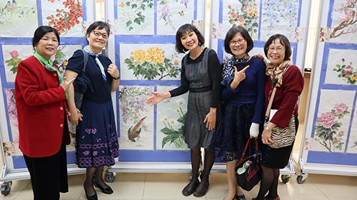 彩繪班學員與作品合照