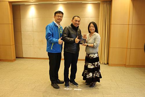 獲得教學傑出獎的鶯歌工商陳上瑜老師與侯友宜市長分享獲獎喜悅