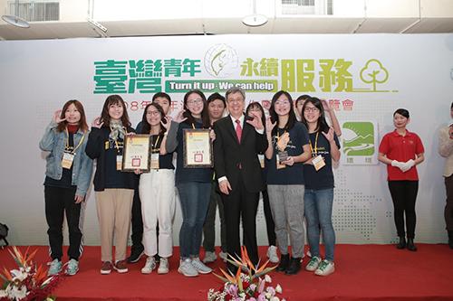 團隊於12月7日青年海外和平工作團隊表揚暨博覽會上接受副總統頒發一般組非「銅」小可獎