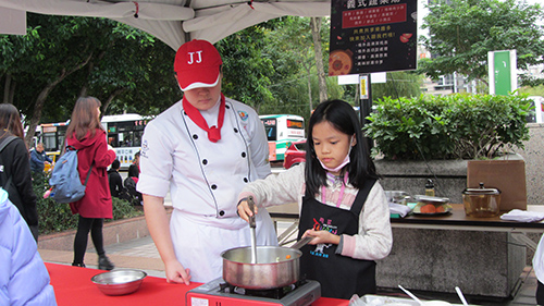 民眾體驗烹飪濃湯(去年活動照片)