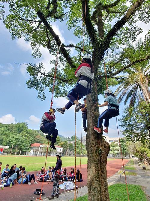 高雄六龜高中體驗校園攀樹,實踐全民國防