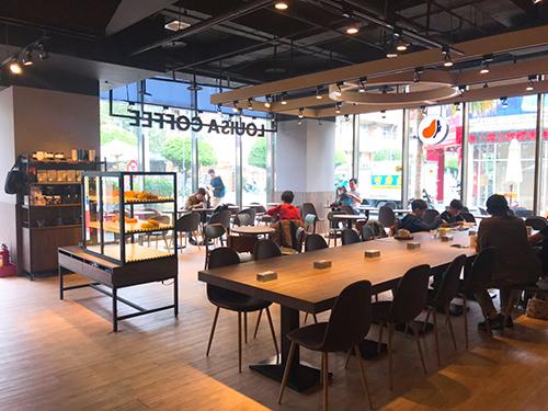 Global Mall屏東市「路易莎咖啡」,打造微型圖書館新型態咖啡店
