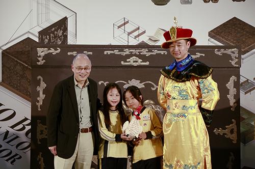 故宮院長吳密察(左1)與魔術師黃柏翰(右1)致贈天機哥給學童