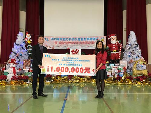 東京威力科創執行副總裁張天豪(左)代表捐助公益金一百萬元,由南投特教學校校長陳韻如(右)代表師生接受捐助