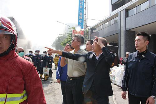 楠梓廠房大火 高雄市長韓國瑜前往現場關心