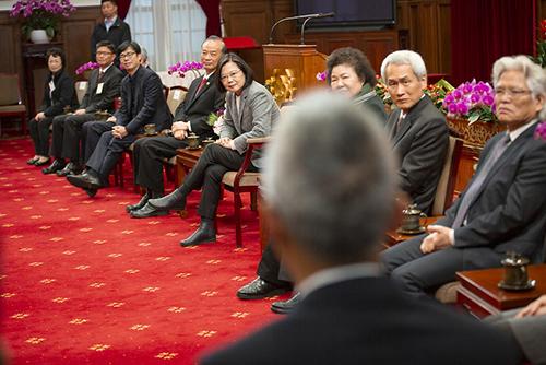 總統蔡英文:讓口罩留給最前線的防疫、醫護人員及需要的人