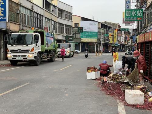 蜂炮、煙火齊發,清潔隊迅速恢復台南市容